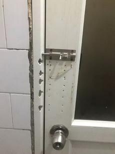 这个厕所门好像很有故事