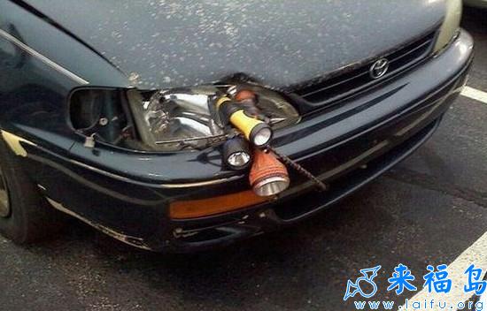 车灯坏了,也不要这么节约啊![搞笑交通]