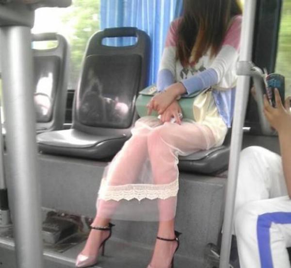 公车被操_美女公车上被撩裙子,这反应太厉害了!