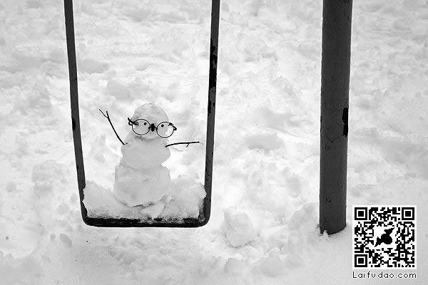 荡秋千的雪娃娃