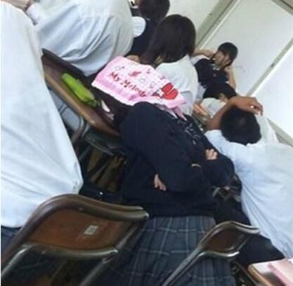 妹子的睡姿就是与众不同[dafa888手机版]