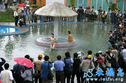 美女在小区花园里裸泳